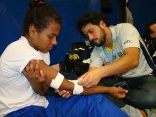 Bandagem em cotovelo de atleta durante competição