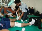 Bandagem de tornozelo e Joelho em atleta durante competição
